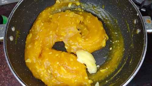 adding ghee to custard halwa